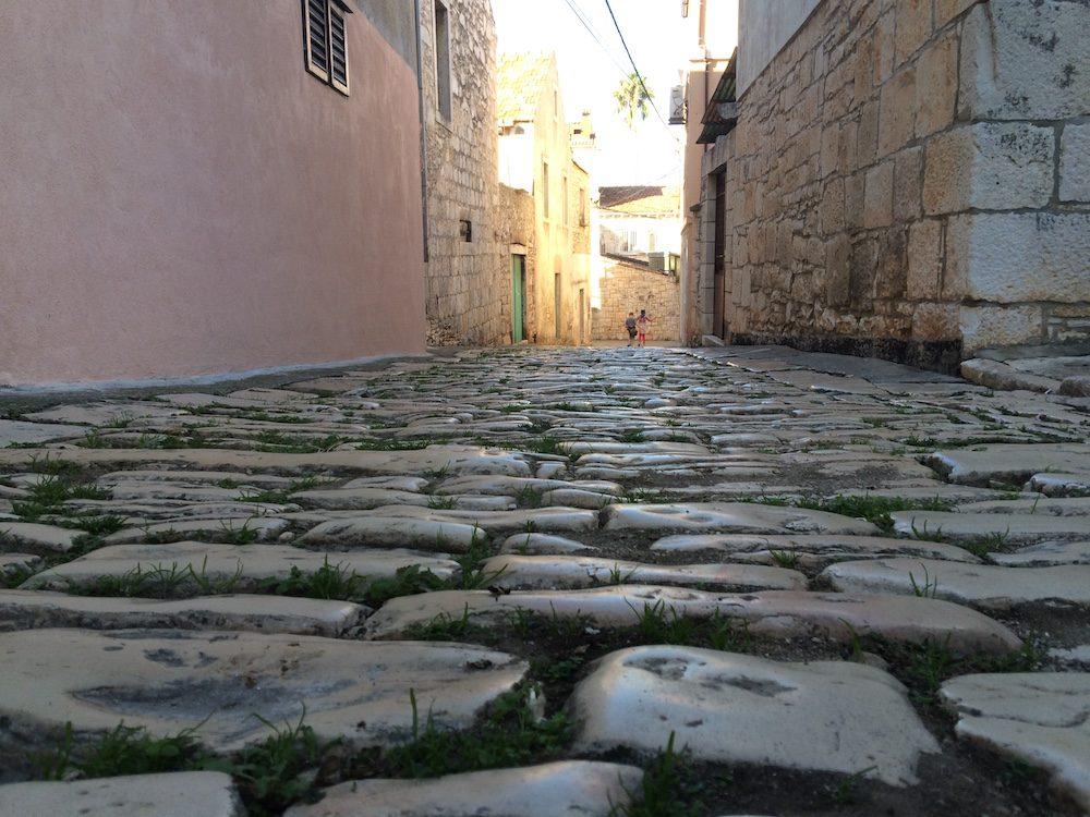 A narrow, cobble stone lane in Vela Luka